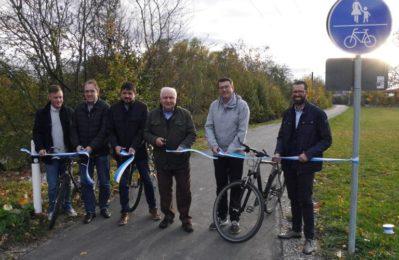 Gruppenfoto bei der offiziellen Freigabe des Radweges