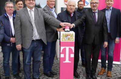 elekom-Vertreter Ingo Beckmann mit Günter Stephan (Geschäftsstellenleiter), Wilhelm Köckeis, Klaus-Johannes Hartlef, Manfred Krä (Erster Bürgermeister), Andreas Dorfner (Ordnungsamt), Markus Münch, Markus Lallinger