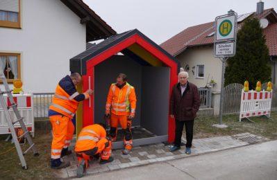 Bürgermeister Manfred Krä mit den gemeindlichen Mitarbeitern beim neuen Buswartehäuschen in Sand