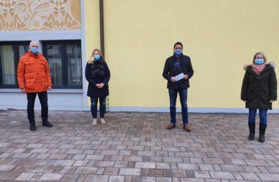 Joachim Hartmann, Carina Wagner, Bürgermeister Adalbert Hösl sowie Melanie Baumgärtner bei der Spendenübergabe